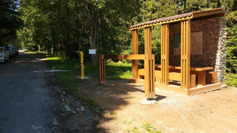 Parkoviště v průsmyku Puchaczówka s odpočívadlem a servisním místem